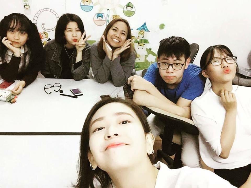 Các học viên cùng nhau trau dồi và trao đổi kiến thức ngoại ngữ